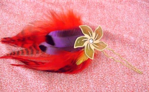 Epingle à cheveux Fleur crème et plumes