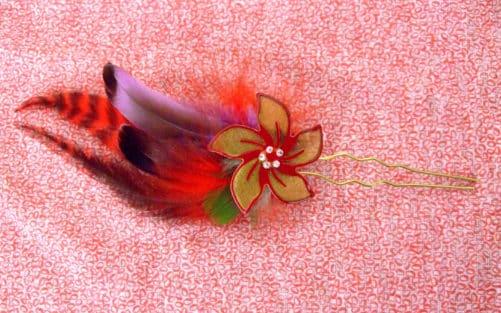 Epingle à cheveux Fleur rouge et plume
