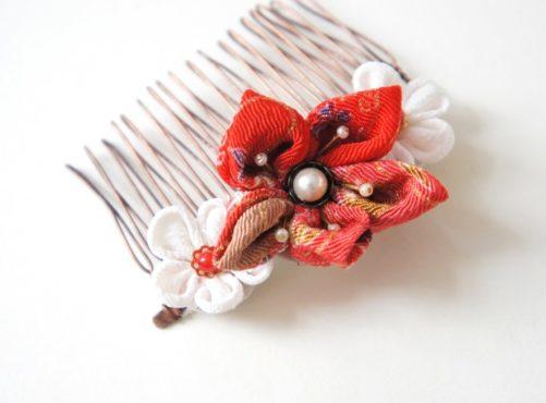 Peigne japonais en fleurs kanzashi Geisha rouge et blanches