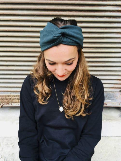 Bandeau à cheveux élastique Foudre vert chrome porté en cache-oreille