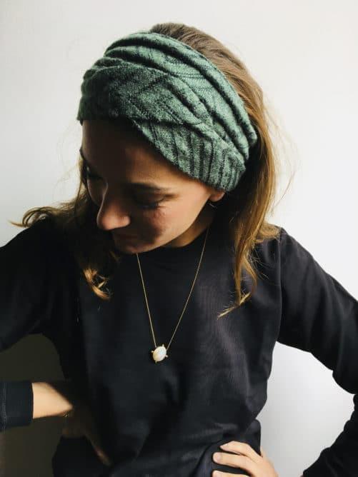 Bandeau à cheveux en maille vert de la marque Foudre porté en cache-oreille