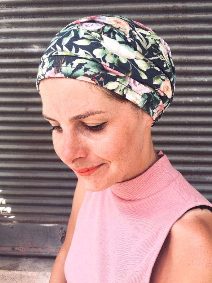 Bandeau à scratch pour chimiothérapie bleu pastel à fleurs facile à mettre
