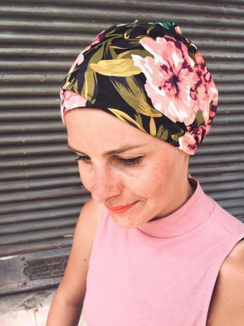 Le bandeau à scratch pour chimiothérapie à fleurs violet est facile à mettre