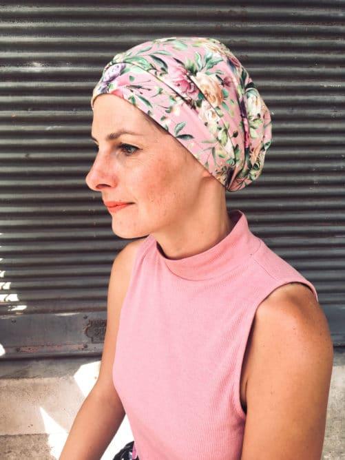 Le bandeau à scratch pour chimio à fleurs rose est facile à mettre