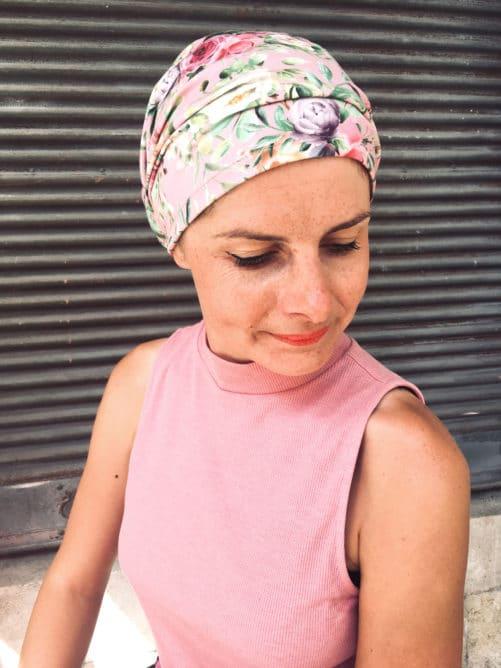 Le bandeau à scratch pour chimiothérapie à fleurs rose est facile à mettre